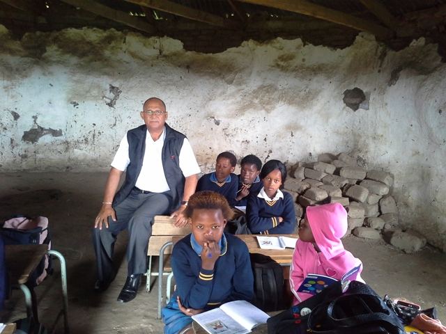Provincial Shadow MEC for Education, Edmund van Vuuren, with learners of the Kangala Primary School in Willowvale.